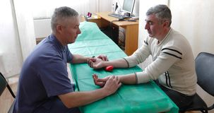 Le docteur diagnostique le patient dans la clinique banque de vidéos
