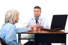Le docteur donnent des ampoules au femme aîné Image libre de droits