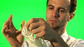 Le docteur enlèvent ses gants chirurgicaux - écran vert clips vidéos