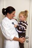 Le docteur examine un enfant dans la chirurgie photos libres de droits