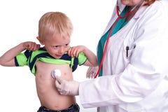 Le docteur examine un enfant en bas âge photographie stock