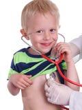 Le docteur examine un enfant en bas âge images libres de droits