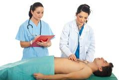 Le docteur examinent le patient en sommeil Photographie stock libre de droits