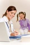 Le docteur féminin écrivent la prescription pour l'enfant images stock