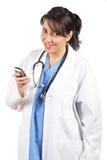 Le docteur féminin envoient un SMS Photo stock