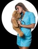 Le docteur féminin sexy avec le stéthoscope guérit un nounours concernent un cercle blanc et un fond noir image stock