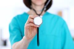 Le docteur féminin tient le plan rapproché principal de stéthoscope Médecins prêts à examiner et aider le patient Aide et assuran image libre de droits