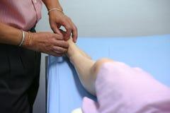 Le docteur fait le traitement d'acuponcture Image libre de droits