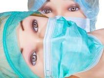 Le docteur fictif dirige le capuchon et le masque chirurgicaux s'usants de textile photos stock