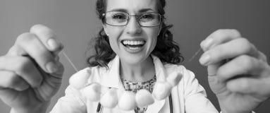 Le docteur heureux de pediatrist sur mettre sur l'ail perle photo stock
