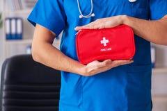 Le docteur masculin avec le sac de premiers secours photo stock