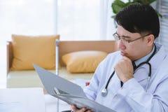 Le docteur masculin s'asseyent sur le fauteuil roulant image libre de droits
