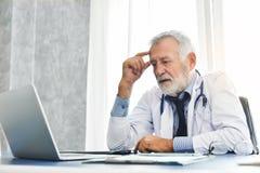 Le docteur masculin supérieur pense Images libres de droits