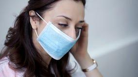 Le docteur met dessus un masque médical avant la procédure banque de vidéos