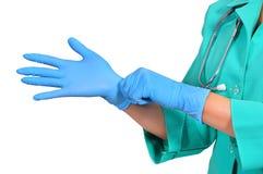 Le docteur met en fonction des gants images libres de droits