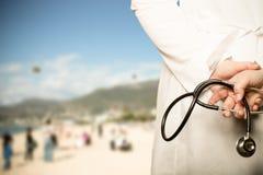 Le docteur a mis ses mains avec le stéthoscope derrière son dos sur un b photo libre de droits