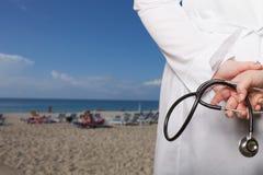 Le docteur a mis ses mains avec le stéthoscope derrière son dos sur un b photos libres de droits