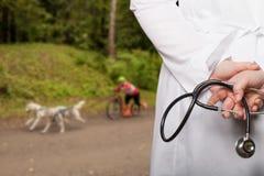 Le docteur a mis ses mains avec le stéthoscope derrière son dos sur un b photographie stock