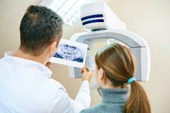 Le docteur montre au patient une image de rayon X images libres de droits