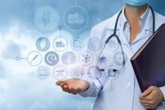 Le docteur montre des icônes de service médical Image libre de droits