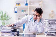 Le docteur occupé avec trop de travail dans l'hôpital image libre de droits