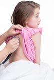 Le docteur pédiatrique examinent la petite fille avec le stéthoscope. Images stock