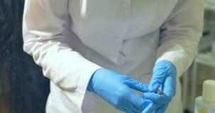 Le docteur prépare la seringue pour l'injection banque de vidéos
