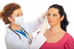 Le docteur préparent le femme pour la chirurgie plastique Photo stock
