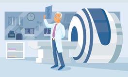 Le docteur regarde d'un air songeur un tir de rayon X Photographie stock