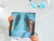 Le docteur regarde l'image de rayon X photographie stock libre de droits