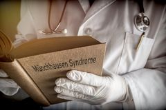 Le docteur se tient dans un livre de syndrome de Munchausen dans un hôpital Photos libres de droits