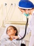 Le docteur soigne le patient. Photo stock