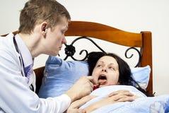Le docteur soigne un patient à sa maison photo libre de droits