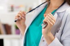 Le docteur tenant le stéthoscope remet le plan rapproché photos stock