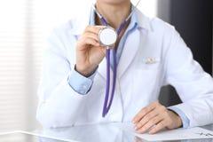 Le docteur tient la tête de stéthoscope, plan rapproché Médecin prêt à examiner et aider le patient Aide et assurance médicales d photos libres de droits