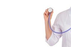 Le docteur tient un coeur de jouet, fond d'isolement Photo stock