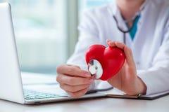Le docteur vérifiant vers le haut du coeur dans le concept médical Photo libre de droits
