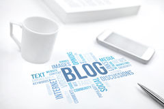 Le document d'impression de nuage de mot de concept de blog, smartphone, livre, parquent photos libres de droits