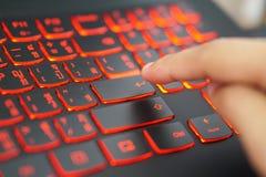 Le doigt allant presse le ` principal écrivent le ` sur une langue Thaïlandais-anglaise images libres de droits