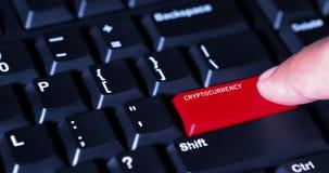 Le doigt appuie sur le bouton de cryptocurrency sur le clavier banque de vidéos