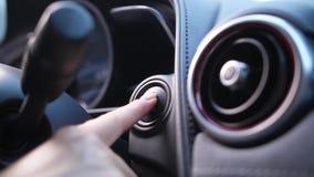 Le doigt de la femme mettant en marche le bouton de pressing de moteur de voiture clips vidéos