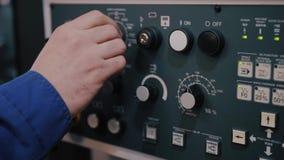 Le doigt de macro de commande de boîtier de commande numérique par ordinateur machines et de travailleurs place la commande de pr clips vidéos