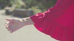 Le doigt en gros plan s'inscrivent l'auto-stop barre La belle main femelle monte pour montrer le signe de l'auto-stop Plan rappro banque de vidéos