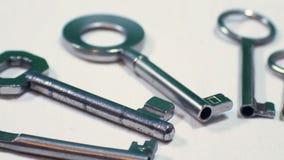 Le doigt indique des clés dans un groupe de clés, longueur pour représenter des situations de la confusion et de l'indécision banque de vidéos