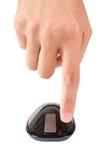 Le doigt indique le bouton gauche de la souris d'ordinateur de contact d'isolement Image stock