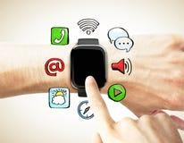 Le doigt presse la montre numérique avec les icônes sociales de media illustration stock