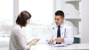 Le doktorn och möte för ung kvinna på sjukhuset stock video