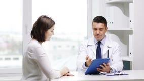 Le doktorn och möte för ung kvinna på sjukhuset lager videofilmer