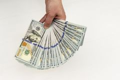 le dollar encaisse l'argent de note dans la main Image libre de droits