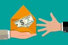Le dollar encaissent dedans l'enveloppe à disposition Photos stock